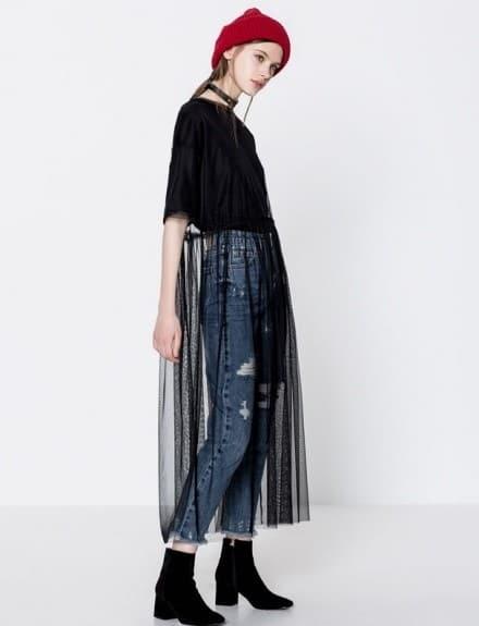 Porter un jean sous une robe transparente